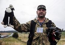 Боевик ДНР с игрушкой погибшего пассажира Boeing-777. Фото: news.pn