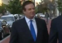 Пол Манафорт направляется в отдел ФБР. Кадр видео Reuters