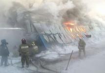 Пожарные на фабрике в Чернореченском. Фото: 54.mchs.gov.ru