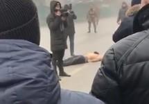 Тело Хамзата Баймурадова на площади Автуров. Кадр видео с youtube-канала Мовсара Эскерханова