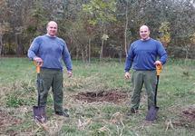 Роман и Владимир Мильченко на посадке деревьев. Фото с ФБ-страницы Зеленого союза