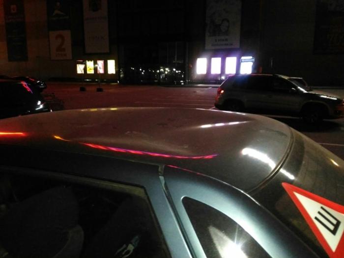 Неизвестные повредили автомобиль на парковке торгового центра в Рязани