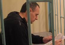 Олег Сенцов читает письмо в СИЗО, 2016. Фото с ФБ-страницы Татьяны Щур