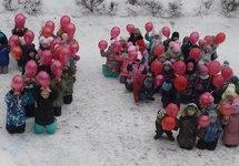 """Флэшмоб в Михайловке: детсадовцы на коленях в снегу. Источник: ВК-сообщество """"Команда Михайловки"""""""