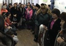 """Протестующие в Агентстве Тувы по делам семьи и детей. Фото: ВК-страница """"Сироты Тувы. Право на жилье"""""""