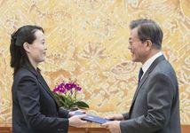 Ким Ё Чжон и  Мун Чжэ Ин. Фото: yonhapnews.co.kr