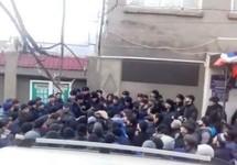 """Акция протеста у Ахтынского райотдела полиции. Кадр видео РИА """"Дербент"""""""
