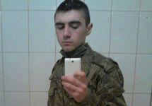 "Солдат со смартфоном. Фото из ""ВКонтакте"""