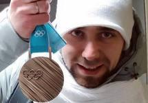 Александр Крушельницкий с бронзовой медалью Олимпиады. Фото из Инстаграма @a_nastasia92