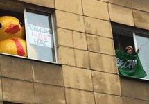 Артем Гончаренко, заблокированный у себя в квартире. Фото: твиттер @brewerov