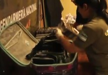 Досмотр чемодана с кокаином из российской диппочты. Кадр видео из твиттера @gendarmeria