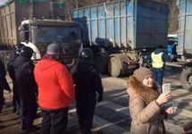 """Противостояние на трассе под Волоколамском. Фото с ВК-страницы """"Ядрово. Задыхаемся!!!"""""""