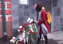 Цветы у представительства Кемеровской области в Москве. Кадр видео