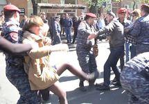"""Разгон протестующих в Ереване. Кадр видео """"Радио Азатутюн"""""""