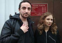 Энтео и Мария Алехина у суда. Фото: zona.media