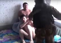 Собровец в комнате мигрантов. Кадр видео СКР