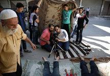 На съемках фильма Хамама Хусари; режиссер - в центре слева. Источник: globaltimes.cn