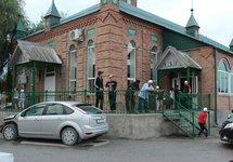 У мечети в Бердыкеле. Фото: grozraion.ru