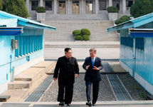 Ким Чен Ын и Мун Чжэ Ин. Фото: cnn.com