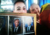 Варвара Михайлова и Алексей Назаров в автозаке. Фото из твиттера @BukvaCe