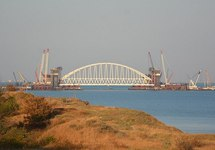 Постройка Крымского моста. Фото: Википедия