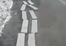 Доски вдоль обочины улицы Ленина в Южно-Сахалинске. Кадр видео