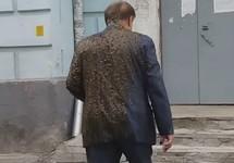 Константин Воробьев, облитый экскрементами. Кадр видео с ФБ-страницы Родиона Шовкошитного