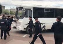 """Потасовка у полицейского автобуса. Кадр видео """"Ариг Ус"""""""