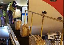 """Погрузка """"кокаина"""" в самолет. Фото: @gendarmeria"""