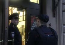 """Полицейские у входа в """"Мемориал"""". Фото из твиттера @MemorialMoscow"""