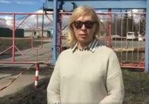 Людмила Денисова у ворот ИК-8. Кадр видеообращения