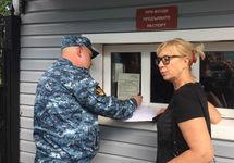 Людмила Денисова и начальник тюрьмы. Фото: ФБ-страница Денисовой