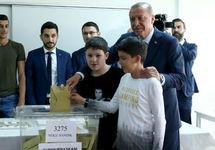Реджеп Тайип Эрдоган голосует. Фото: aa.com.tr