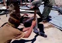 Сирия: вагнеровец бьет пленного кувалдой. Кадр видео