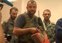 Дмитрий Хавченко с черным ящиком Boeing-777. Кадр RT