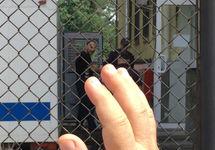 """Фигуранта """"дела Веджие Кашка"""" выводят из автозака. Фото: ФБ-страница """"Крымской солидарности"""""""