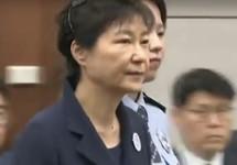 Пак Кын Хе под конвоем в суде, май 2017. Кадр Al Jazeera