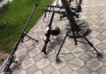 Оружие, изъятое, как утверждается, при обыске. Кадр съемки ФСБ
