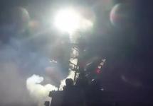Американский корабль выпускает ракету по базе Эш-Шайрат. Кадр видео Пентагона