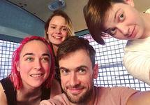 Участники Pussy Riot в автозаке. Фото из твиттера Петра Верзилова