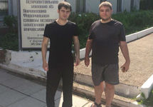 Александр Костенко (слева) у входа в колонию. Фото: ФБ-страница Яны Гончаровой