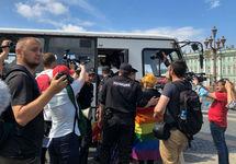 Задержание ЛГБТ-активистов в Петербурге. Фото: tvrain.ru
