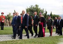 Возложение цветов к памятницу жертвам войны 2008 года в Тбилиси. Фото из твиттера @MFAgovge