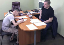 Россиянин-заключенный пишет заявление об обмене. Фото: ФБ-страница Людмилы Денисовой