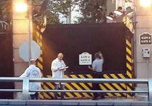 Обстрелянный въезд в посольство. Фото: cnnturk.com