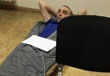 Петр Милосердов в конвойном помещении Мосгорсуда. Фото с ФБ-страницы политзека