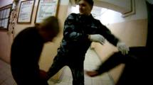 """Избиение в коридоре ИК-1. Кадр видео """"Новой газеты"""""""