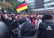 Акция правых в Хемнице. Кадр видео из твиттера @chefreporterNRW