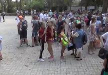 Сбор детей у школы в Армянске. Кадр видео