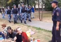 Протестующие и силовики на Страстном бульваре. Кадр видео Дениса Стяжкина
